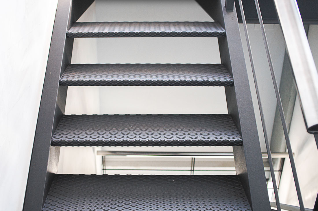 Hierro tecnic metal listes i for Escalera exterior de hierro